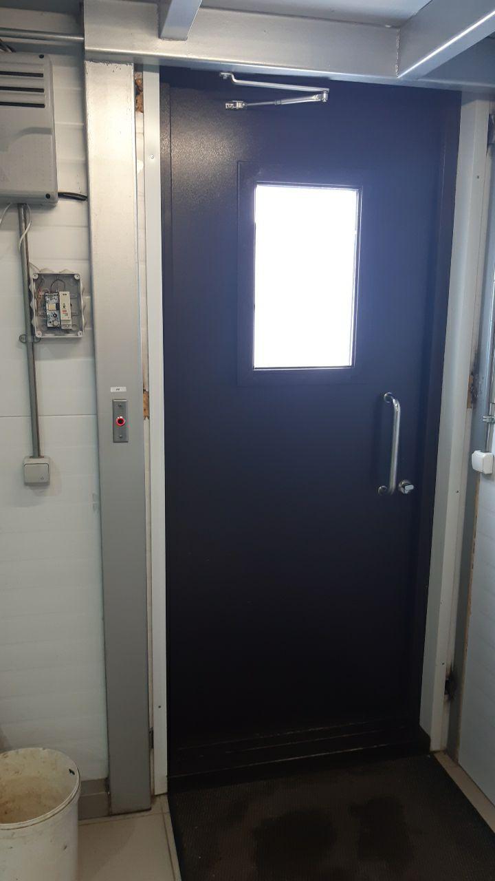 Фото подключенного контроллера Пропускатор в распределительной коробке с кнопкой выхода и дверями