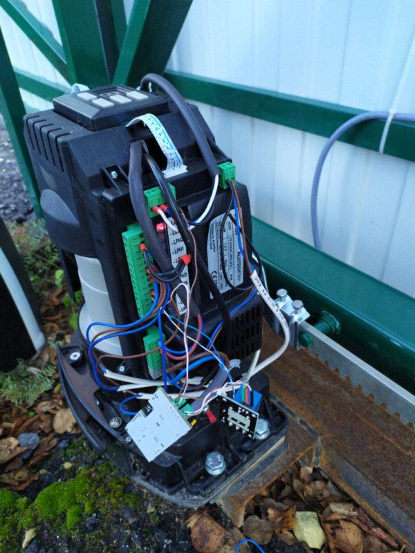 Фото привода автоматических ворот с подключенным контроллером Пропускатор