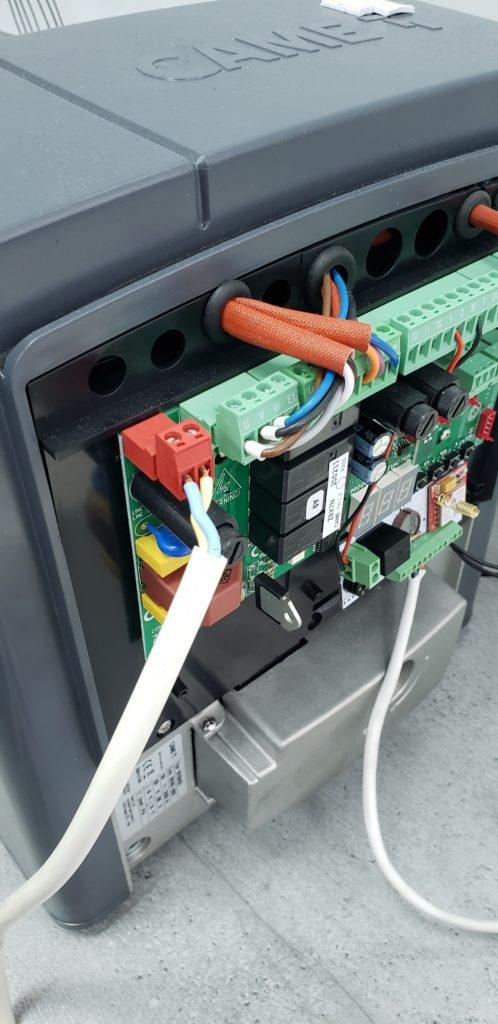 Фото привода автоматических ворот BX-400 с подключенным контроллером Пропускатор