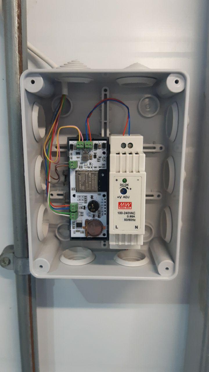 Фото подключенного контроллера Пропускатор в распределительной коробке