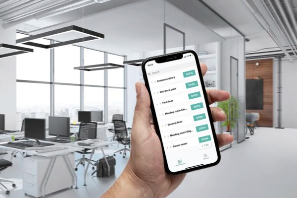 Изображение смарфтона с интефрейсом мобильного приложения Пропускатор на фоне офиса