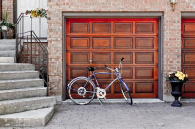 Управление секционными воротами гаража с помощью телефона
